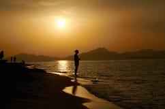 Tropisk solnedgång och skottet på stranden royaltyfria foton