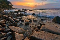 Tropisk solnedgång på stranden Royaltyfria Foton
