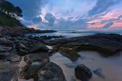 Tropisk solnedgång på stranden Arkivfoton