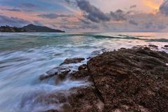 Tropisk solnedgång på stranden Royaltyfri Bild