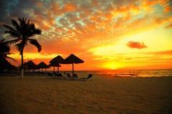 tropisk solnedgång för strandsemesterortplats Arkivfoto
