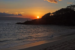 Tropisk solnedgång med fiskaren Royaltyfria Foton