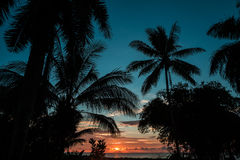 Tropisk soluppgång/solnedgång över havet Arkivfoto