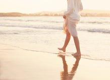 tropisk sommar för bakgrundsferieaffisch Kvinnligt barfota går på vara royaltyfri foto
