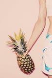 tropisk sommar Modeflicka med ananas Arkivbilder