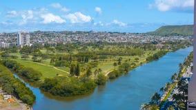 Tropisk stad på floden Arkivfoton