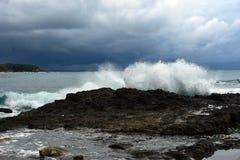 Tropisk storm över stranden med bränning royaltyfria bilder
