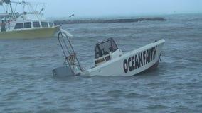 Tropisk storm Aruba med det sjunkande fartyget stock video