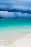 Tropisk storm på en strand Arkivbilder