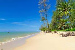 Tropisk strand av den KohKho Khao ön Arkivfoton