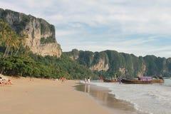 Tropisk strand, strand för Ao Nang, solnedgång fotografering för bildbyråer