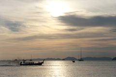 Tropisk strand, strand för Ao Nang, solnedgång royaltyfri bild