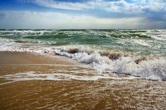 Tropisk strand för havsseascape med solig himmel bränning för sommar för stenar för strandkustcyprus medelhavs- sand Royaltyfria Foton