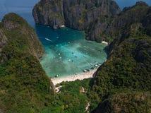 Tropisk strand för Mayafjärd i Thailand flyg- sikt royaltyfri fotografi