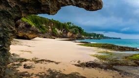 Tropisk strand Jimbaran Bali nära den populära templet Pura Segara, södra Kuta fotografering för bildbyråer