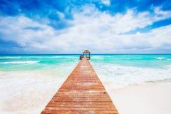 Tropisk strand med bryggan. Mexico. Riviera Maya. Arkivfoton