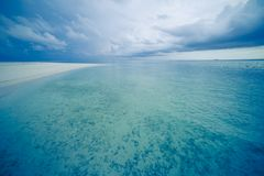 Tropisk strand med det lugna havet och mjuka sandiga stormiga moln för strand och royaltyfri bild