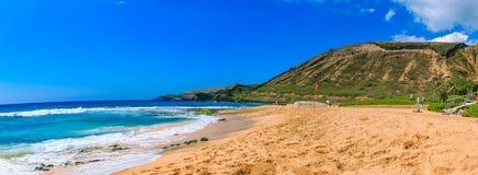 Tropisk strand med en vulkankrater i Oahu, Hawaii Fotografering för Bildbyråer