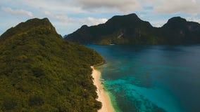 Tropisk strand med fartyg, flyg- sikt tropisk ö stock video