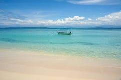 Tropisk strand med fartyget på att förtöja bojet Royaltyfri Fotografi