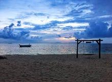 Tropisk strand med gunga och fartyget på ön i Thailand royaltyfri bild