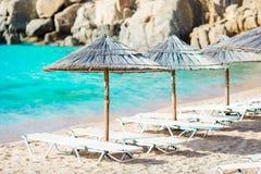 Tropisk strand med paraplyer Arkivbilder