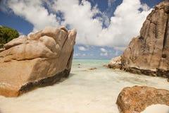 Tropisk strand med rocks Royaltyfri Fotografi
