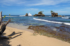 Tropisk strand med steniga holmar Royaltyfri Foto