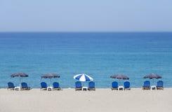 Tropisk strand med sunbeds Royaltyfri Bild