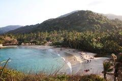 Tropisk strand med vit sand för berg Fotografering för Bildbyråer