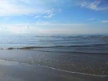 Tropisk strand och blå himmel nära den sandiga stranden Arkivbilder