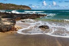 Tropisk strand och bränning kauai hawaii Royaltyfri Fotografi