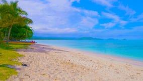 Tropisk strand och hav Sikten av den trevliga tropiska stranden med gömma i handflatan omkring Ferie- och semesterbegrepp tropisk arkivfoto