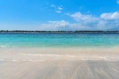 Tropisk strand och hav under blå himmel Gili Trawangan ö, Indonesien Arkivbilder