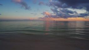 Tropisk strand och karibiskt hav på soluppgång Vågor som plaskar på havssanden stock video