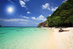 Tropisk strand och naturlig stenbåge, Thailand Royaltyfria Foton
