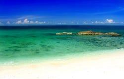Tropisk strand och sky royaltyfri fotografi
