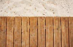 Tropisk strand och träplattform Arkivfoto