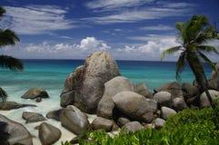 Tropisk strand på den Carana fjärden, Mahe, Seychellerna Royaltyfri Foto