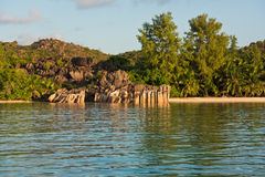 Tropisk strand på den Curieuse ön Seychellerna Royaltyfri Fotografi