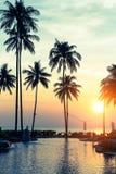 Tropisk strand på den fantastiska solnedgången Arkivfoto