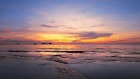 Tropisk strand på den härliga solnedgången