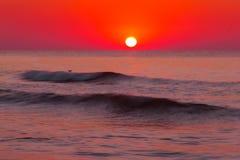 Tropisk strand på den härliga solnedgången Arkivfoton