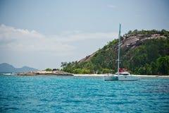 Tropisk strand på den Mahe ön Seychellerna Arkivbilder