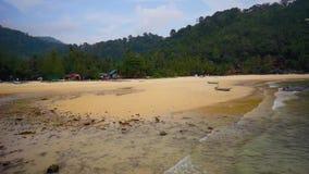 Tropisk strand på den Tioman ön arkivfilmer