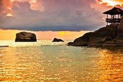 Tropisk strand på solnedgången. Arkivbilder