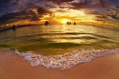 Tropisk strand på solnedgången Arkivfoto