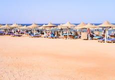 Tropisk strand på en upmarket badort Arkivfoto
