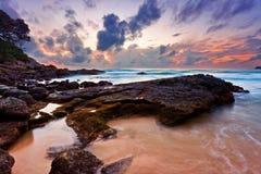Tropisk strand på solnedgången. Royaltyfria Foton
