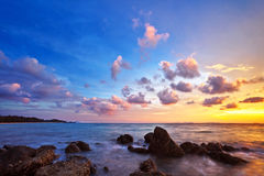 Tropisk strand på solnedgången. Royaltyfri Bild